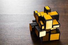 Lustrzany magiczny sześcian na drewnianym tle Obrazy Stock