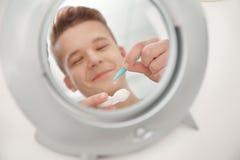 Lustrzany odbicie bierze szkła kontaktowe nastoletni chłopak zdjęcie royalty free