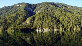 Lustrzany odbicie góry w jeziornym Weissensee Austriackim stanie Carinthia obraz stock