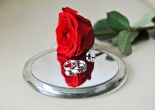 lustrzanych pierścionków różany ślub Zdjęcie Royalty Free