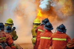 A luta contra o incêndio do treinamento anual dos empregados fotografia de stock