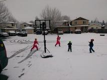 Luta cortês da bola de neve entre crianças fotografia de stock