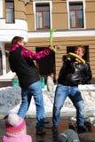 Luta de dois homens na fase para o divertimento Fotografia de Stock
