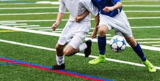 Luta de dois jogadores de futebol para a bola Fotos de Stock