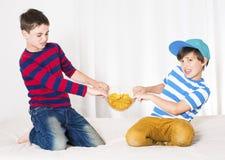 Luta de dois meninos foto de stock