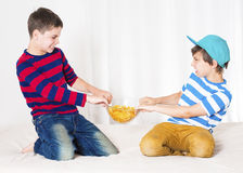 Luta de dois meninos imagens de stock royalty free