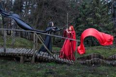 Luta de duas meninas em espadas. Foto de Stock Royalty Free