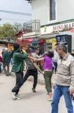 Luta de grupo em ruas após a obtenção bebido Imagens de Stock
