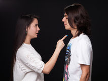 Luta de um homem novo e de uma mulher fotografia de stock