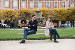 Luta do amor em Paris imagens de stock