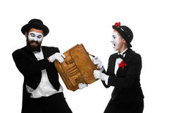 Luta do homem e da mulher de negócio sobre a pasta Imagem de Stock Royalty Free