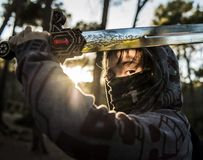 Luta do menino do guerreiro na montanha no por do sol imagem de stock royalty free