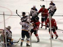 Luta dos jogadores durante o jogo de hóquei dos Chicago Blackhawks Foto de Stock Royalty Free