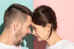 Luta e gritaria irritadas atrativas dos pares em se imagem de stock royalty free