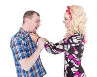 Luta e gritaria retros engraçadas dos pares da família em se Imagens de Stock Royalty Free
