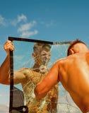 Luta Keep Os concorrentes dos gêmeos mostram a força e o poder musculares Os concorrentes da prática treinam junto Perfurador dos foto de stock