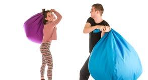 Luta masculina e fêmea engraçada nova com cadeiras do beanbag imagem de stock royalty free