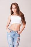 Luta och spenslig jeansskönhet royaltyfria foton