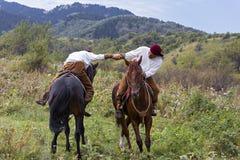 Luta romana de braço no cavalo em Cazaquistão foto de stock