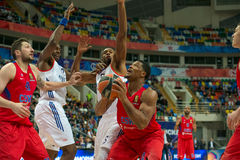 Luta sob a cesta do basquetebol Imagem de Stock Royalty Free