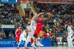 Luta sob a cesta do basquetebol Imagens de Stock