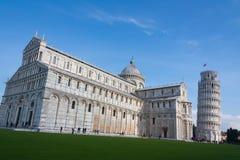 Luta stå hög av Pisa och den Pisa domkyrkan, Piazza del Duomo, Italien Royaltyfria Foton