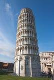 Luta stå hög av Pisa, Piazzadeimiracolien, Italien Royaltyfria Bilder
