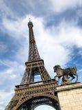 Lutad Eiffeltorn royaltyfri fotografi