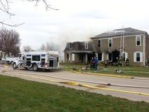 Lutador de incêndio no incêndio da casa Fotos de Stock