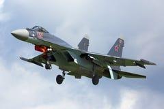 Lutador de jato superconic moderno de Sukhoi SU-35S RF-95243 da aterrissagem da força aérea do russo na base da força aérea de Ku Imagens de Stock Royalty Free