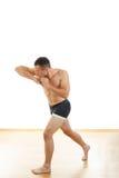 Lutador do encaixotamento profissional na posição da batida do cotovelo Foto de Stock Royalty Free