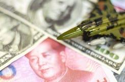 Lutador dos aviões de um brinquedo em uma pilha da nota de dólar e da porcelana dos E.U. Imagens de Stock Royalty Free