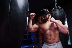 Lutador forte em vidros da realidade virtual Imagens de Stock