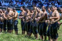 Lutadores aproximadamente a contratar na batalha no festival turco da luta romana do óleo de Kirkpinar em Edirne em Turquia Imagem de Stock
