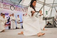 Lutadores da espada de Katana no festival de Oriente em Milão, Itália Fotos de Stock