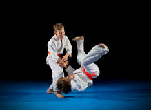 Lutadores das artes marciais dos rapazes pequenos Foto de Stock