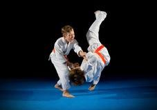 Lutadores das artes marciais dos rapazes pequenos Imagem de Stock
