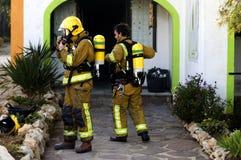 Lutadores de incêndio fora do edifício Fotografia de Stock Royalty Free