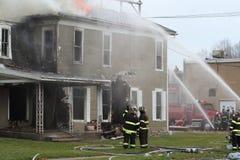 Lutadores de incêndio no trabalho Imagens de Stock