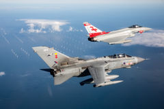 Lutadores de jato de 41RTES, Royal Air Force de RAF Typhoon e do furacão, sobre o campo inglês Foto de Stock