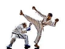Lutadores do estudante do adolescente dos homens do karaté que lutam proteções Fotos de Stock Royalty Free