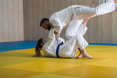 Lutadores do judô da mulher e do homem no salão de esporte Foto de Stock Royalty Free