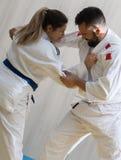 Lutadores do judô da mulher e do homem no salão de esporte Fotos de Stock Royalty Free