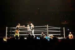 Lutadores Karl Anderson e Luke Gallows de WWE contra as USO em rin foto de stock