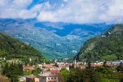 Lutande-förskjutning cityscape av Vittorio Veneto, Italien Fotografering för Bildbyråer