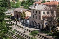 Lutande-förskjutning panorama av järnvägsstationen av Vittorio Veneto arkivbild