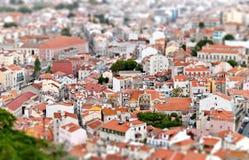 Lutande-förskjutningen beskådar av Lisbon. Portugal Arkivbilder