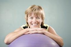 lutande kvinna för bollövning Royaltyfria Foton