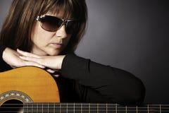 lutande kvinna för gitarr Royaltyfria Bilder