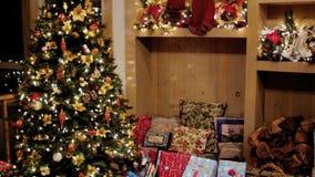 Lutande till gåvor under julträd arkivfilmer